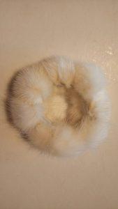 Резинка из помпонов белая